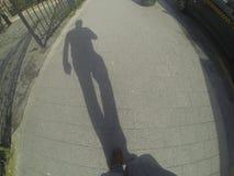 La sombra del hombre que camina Fotos de archivo libres de regalías