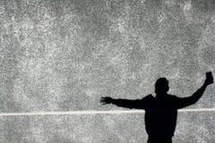 La sombra del muchacho en la pared imagenes de archivo