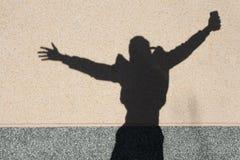 La sombra del muchacho en la pared fotografía de archivo