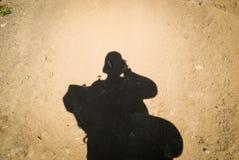 La sombra del turista con una mochila y una tienda fotografía de archivo