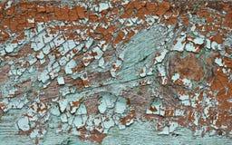 La sombra esmeralda coloreada agriet? la peladura de la pintura en la textura de madera fotografía de archivo