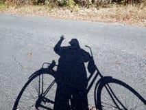 La sombra le acoge con satisfacción amigo imagen de archivo