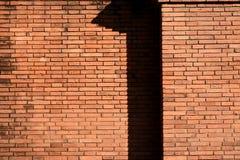 La sombra le gusta el número uno en la pared de ladrillo vieja sólida de la ciudad Fotografía de archivo