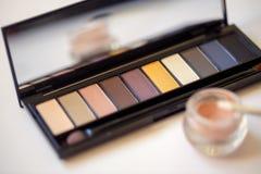 La sombra y los cepillos profesionales del maquillaje se cierran para arriba Imagenes de archivo