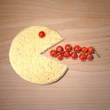 La sonrisa conceptual de la pizza come los tomates Imagenes de archivo