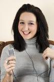 La sonrisa de la belleza adolescente escucha música Foto de archivo libre de regalías