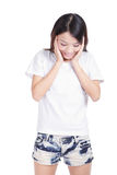 La sonrisa de la muchacha mira su camiseta blanca en blanco Imagen de archivo libre de regalías