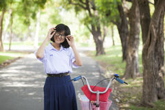 La sonrisa de la muchacha y se relaja Imagen de archivo libre de regalías
