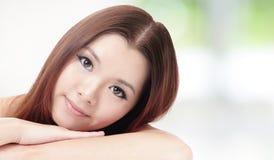 La sonrisa de la mujer de Skincare relaja actitud Imagen de archivo libre de regalías