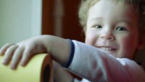 La sonrisa del niño feliz. Cierre para arriba. almacen de video