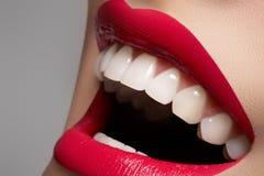 La sonrisa femenina feliz con los dientes blancos y los labios construyen Imágenes de archivo libres de regalías
