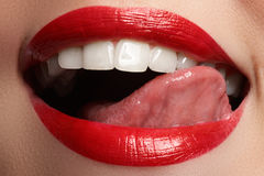 La sonrisa femenina feliz del primer con los dientes blancos sanos, los labios rojos brillantes construye Foto de archivo