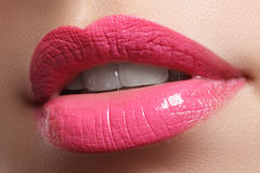 La sonrisa femenina feliz del primer con los dientes blancos sanos, los labios rojos brillantes construye Cuidado de la cosmetolo Imagen de archivo