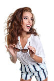 La sonrisa joven adelgaza a la hembra bronceada en pantalones cortos del dril de algodón que encoge su s Fotos de archivo libres de regalías
