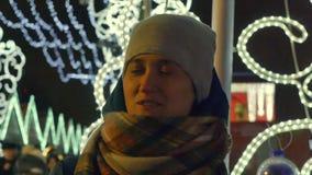 La sonrisa joven y el verso alegres de la mujer dice en invierno en la calle de la Navidad metrajes