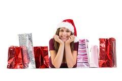 La sonrisa morena festiva en la cámara con el regalo empaqueta Fotos de archivo libres de regalías