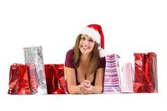 La sonrisa morena festiva en la cámara con el regalo empaqueta Fotos de archivo