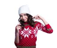 La sonrisa mujer joven bastante atractiva que lleva el suéter hecho punto colorido con la Navidad adorna y sombrero Aislado en el Foto de archivo