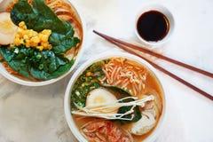 La sopa asiática tradicional con los tallarines, cebolla de la primavera, pollo de los ramen, cortó el huevo Fotografía de archivo libre de regalías
