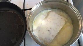 La sopa de champiñones lista congelada del almuerzo se cocina en una cacerola Vídeo del lapso de tiempo metrajes