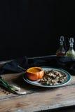 La sopa de la calabaza sirvió en calabaza, y seta en la placa oscura y cambiante Foto de archivo libre de regalías