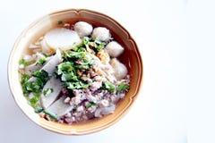 La sopa de tallarines tailandesa. Foto de archivo