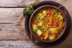 La sopa de verduras con mungbeen la visión superior horizontal Fotos de archivo libres de regalías