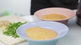 La sopa del puré vegetal vierte en la placa almacen de video