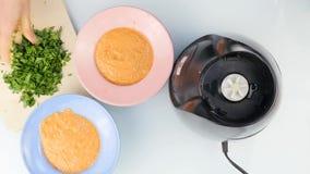La sopa del puré vegetal vierte en la placa Visión superior 4K almacen de video