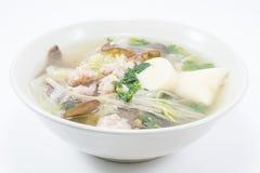 La sopa del queso de soja con los huevos del cerdo despide en plato en el fondo blanco imagen de archivo