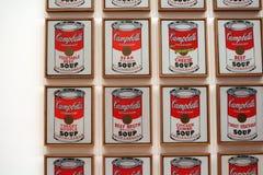 La sopa del ` s de Campbell conserva a Andy Warhol en el museo del arte moderno fotos de archivo