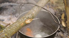 La sopa en una campaña se elabora cerveza en el fuego metrajes