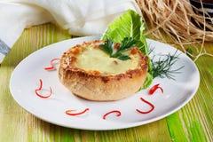 La sopa juliana coció el pan hermoso, aún vida en una tabla de madera Foto de archivo libre de regalías