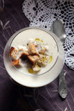La sopa poner crema de la coliflor con los cuscurrones curruscantes y la trufa engrasan Imagen de archivo libre de regalías