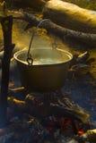 La sopa se cocina en un fuego en condiciones de campo fotos de archivo libres de regalías