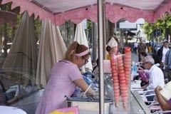 La sorbetière prépare des cornets de crème glacée photographie stock libre de droits