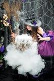 La sorcière crée et fait cuire un philtre d'amour Photographie stock libre de droits