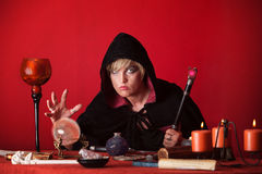 La sorcière regarde la bille en cristal Photos stock