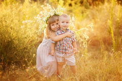 La sorella abbraccia il fratello Fotografia Stock