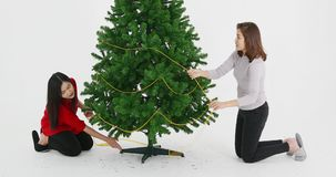La sorella asiatica ha decorato l'albero di Natale archivi video