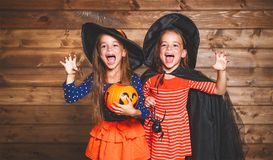 La sorella divertente dei bambini gemella la ragazza in costume della strega in Halloween fotografia stock