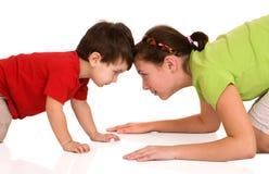 La sorella ed il fratello stanno giocando Fotografie Stock Libere da Diritti