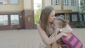La sorella incontra i bambini da scuola stock footage