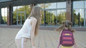 La sorella invia i bambini a scuola stock footage