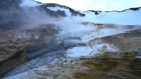 La sorgente di acqua calda mastodontica nel parco nazionale del nord di Yellowstone nella sera nell'inverno con neve video d archivio