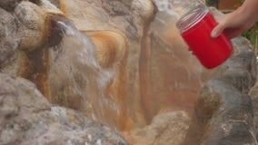 La sorgente di acqua calda minerale naturale entra fuori in una fontana per la bevanda stock footage