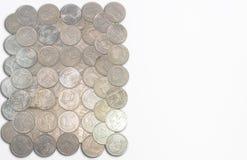 La sorte par des pièces de monnaie de baht de la Thaïlande a un fond blanc Photographie stock libre de droits