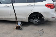 La sostituzione spinge su un'automobile, tenute della presa il corpo nella posizione sollevata immagine stock libera da diritti