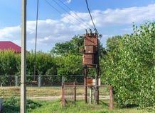 La sottostazione del trasformatore elettrico ha montato sul palo, il transformator, Soviet di vecchio stile Immagini Stock