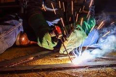 La soudeuse effectuent la soudure à la plaque de métal au plancher de toit du manuf Image libre de droits